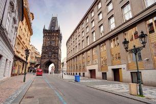 Пороховая башня: из руин и склада в величественный вход в Старый Город