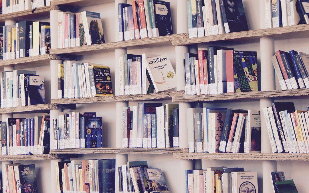 И книги должны стоять грациозно: идеи домашних библиотек, украшающих квартиру
